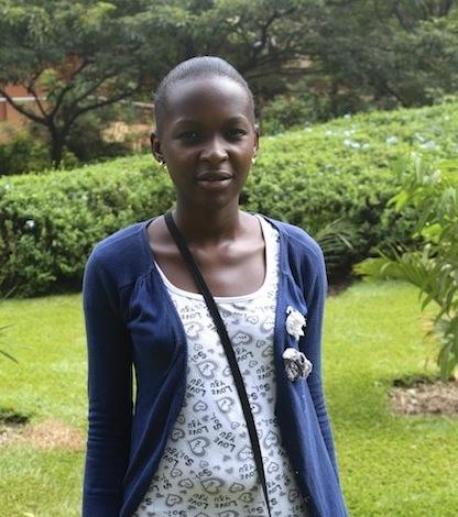 Eunice Namugerwa, de 18 añs y residente del asentamiento irregular de Kisenyi, en la capital de Uganda, comenzó a criar pollos para contribuir al sustento familiar. Crédito: Amy Fallon/IPS
