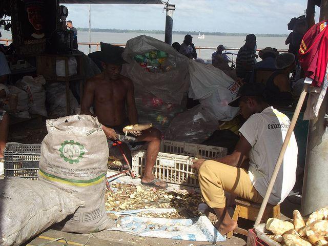 Hombres pelando mandioca en el mercado Ver-o-Peso de Belém. Crédito: Diana Cariboni/IPS