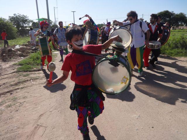 Un niño participa de la marcha desde la plaza central de Malvinas Argentinas hasta el predio bloqueado donde Monsanto intenta construir una planta. Crédito: Fabiana Frayssinet/IPS