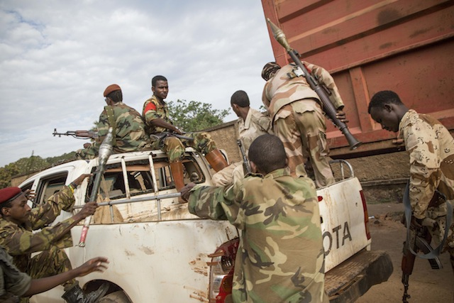 """Rebeldes de Séléka abandonan un complejo de la Fuerza Multinacional de África Central (Fomac), luego de que su jefe, el """"coronel Saleh"""", se reuniera con un comandante de la Fomac durante un alto en los combates entre milicias de Séléka y antibalaka, el 7 de diciembre de 2013. Crédito: Cortesía Marcus Bleasdale/VII para Human Rights Watch"""
