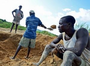 """Mineros artesanales trabajan en las minas aluviales de diamantes cerca de Koidu, en el oriente de Sierra Leona. Los llamados """"diamantes de sangre"""" ayudaron a financiar guerras civiles en ese país y en Liberia. Crédito: Tommy Trenchard/IPS."""