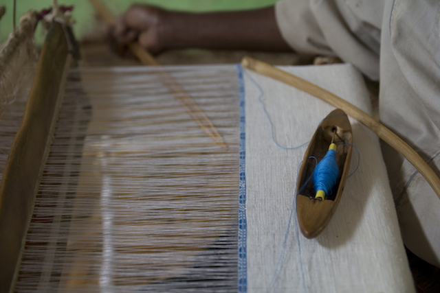 Un tejido de algodón blanco hilado en un telar tradicional etíope. Crédito: Salima Punjani/IPS