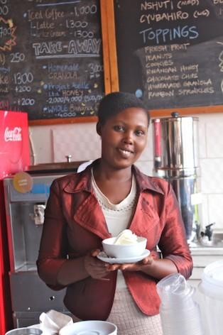 Louise Ingabire, de 27 años, está al frente de Inzozi Nziza (dulces sueños), la primera heladería de Ruanda, ubicada en Butare. Crédito: Amy Fallon/IPS