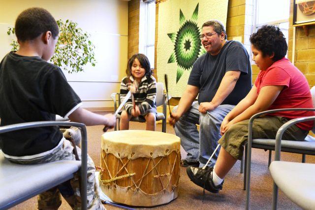 Integrantes de la comunidad NAYA en Portland, Oregón. Crédito: Cortesía de NAYA Family Centre.