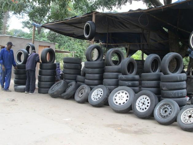 Comercio informal de venta de neumáticos usados en Hatfield, Harare. Zimbabwe tiene 2.8 million micro, pequeños y medianos, 85 por ciento de los cuales no están registrados. Créditos: Tatenda Dewa/IPS.
