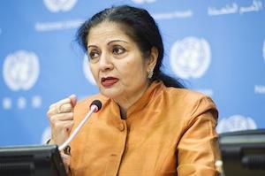 Lakshmi Puri, directora ejecutiva adjunta de ONU Mujeres, habla en una conferencia de prensa.  UN Photo/Mark Garten