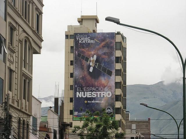 Un cartel publicitario del satélite Túpac Katari en la ciudad boliviana de Cochabamba. Crédito: Gustav Cappaert/IP