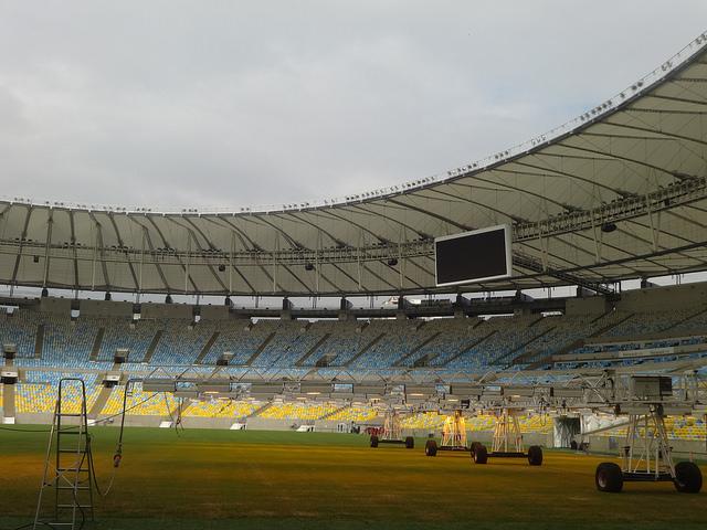 Parte del interior del estadio del Maracanã, en Río de Janeiro, remodelado para la Copa Mundial de la FIFA. Los gastos excesivos en las instalaciones es una de las críticas de la población brasileña. Crédito. Fabiana Frayssinet/IPS