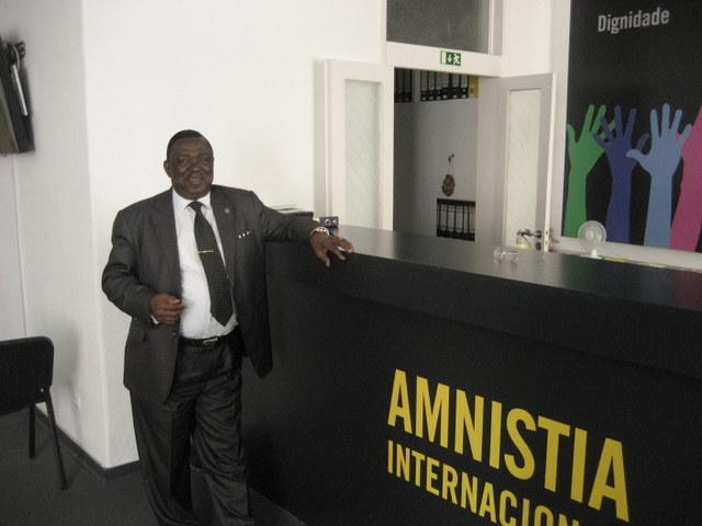 El abogado Ponciano Nvó, destacado defensor de los derechos humanos en Guinea Ecuatorial,  durante su visita a la sede de Amnistía Internacional en Lisboa. Crédito: Mario Queiroz/IPS