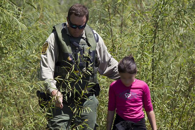 Una niña sola es interceptada en la frontera con México por un patrullero de Estados Unidos. Crédito: Patrulla Fronteriza
