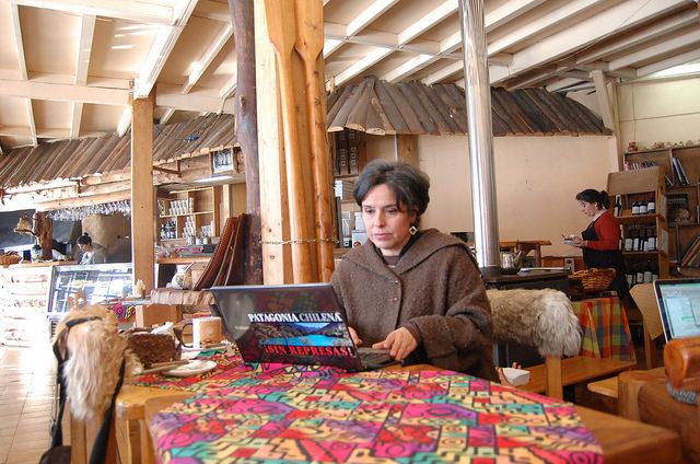 La lideresa social Miriam Chible aplica la autonomía energética en su restaurante familiar en Coyhaique, en la Patagonia chilena, con el uso de paneles fotovoltaicos. Crédito: Marianela Jarroud /IPS