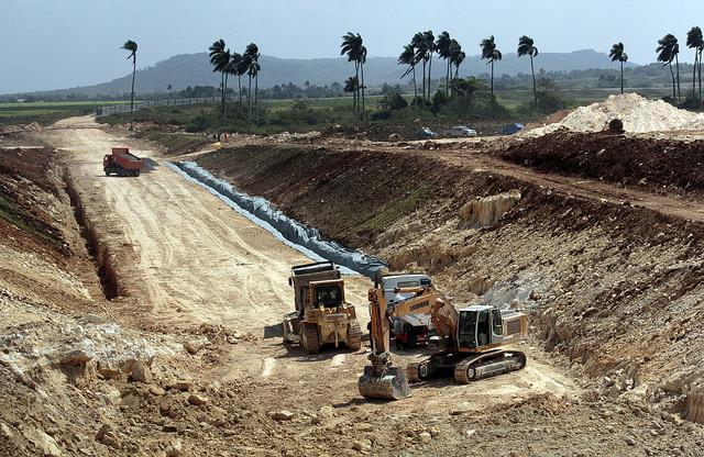 Equipos pesados preparan el terreno donde se construye la vía férrea que formará parte de las nuevas infraestructuras vinculadas a la zona de desarrollo que representa el mayor proyecto que se ejecuta en Cuba en décadas. Crédito: Jorge Luis Baños/IPS