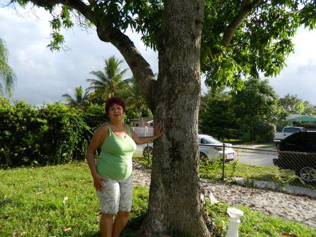 Clara Domínguez, una balsera que salió de Cuba el 21 de agosto de 1994, junto a su esposo y su hijo, en la calle de la ciudad estadounidense donde vive ahora. Crédito: Ivet González /IPS