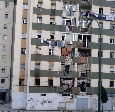 Uno de los bloques de La Palma-Palmilla, el barrio carenciado de Málaga, en el sur de España, donde viven Encarni y su familia. Crédito: Inés Benítez/IPS