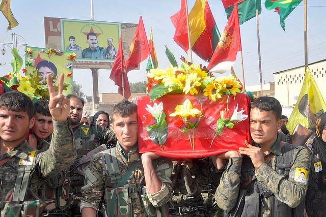 Funeral en la localidad siria de Serekaniye,  por varios de los caídos kurdos en combate contra el grupo extremista Estado Islámico. Crédito: Qadir Agid/IPS
