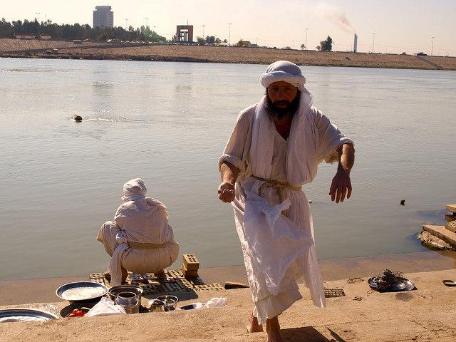 Uno de los cada vez más escasos rituales mandeos de bautismo, a orillas del río Tigris, a su paso por Bagdad, la capital iraquí. Crédito: Karlos Zurutuza/IPS
