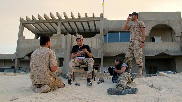Milicianos amazighs durante un momento de descanso frente a la casa ocupada de Zwara, en el occidente de Libia. Crédito: Karlos Zurutuza/IPS