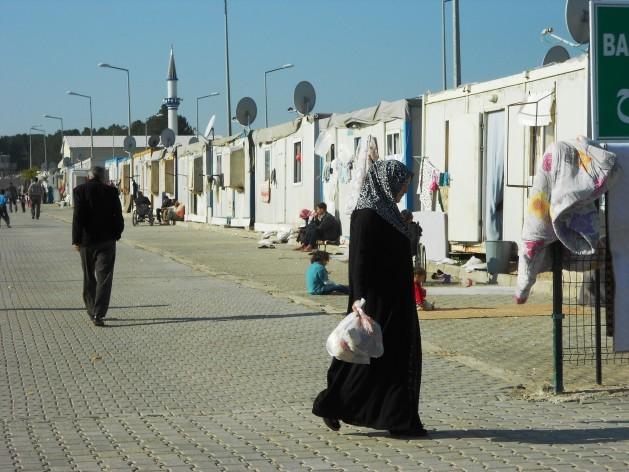 Una calle del campo de refugiados sirios de Harran, el que cuenta con mejores instalaciones en la frontera de Turquía. Acoge a 14.000 personas en 2.000 contenedores reconvertidos en viviendas. Crédito: Fabíola Ortiz/IPS