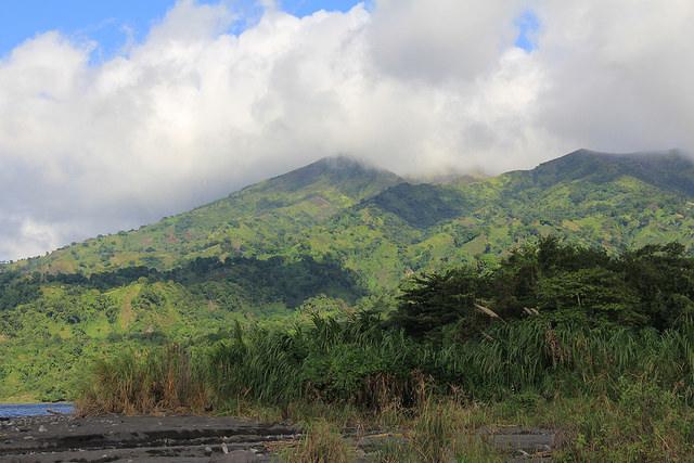 Las laderas del volcán La Soufriere en San Vicente y las Granadinas, donde solía cultivarse marihuana, se exploran ahora para evaluar su potencial para le energía geotérmica. Crédito: Kenton X. Chance/IPS