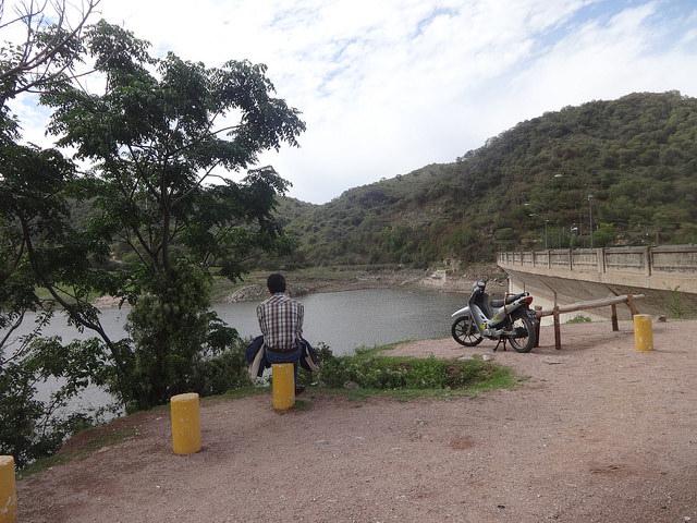 La otra cara de la moneda, el Dique La Quebrada, a siete kilómetros de la localidad de Río Ceballos, con el agua en su nivel histórico más bajo, en noviembre de 2013, como consecuencia de la sequía que afectó entonces al cordón montañoso de Sierras Chicas, en Córdoba, Argentina. Crédito: Fabiana Frayssinet/IPS