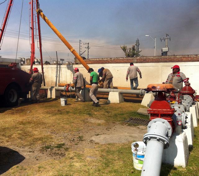 Empleados del estatal Organismo Agua y Saneamiento de la ciudad de Toluca, en el estado de México, vecino a la capital, realizan tareas de mantenimiento en una plata de agua. Crédito: Cortesía de Organismo Agua y Saneamiento de Toluca