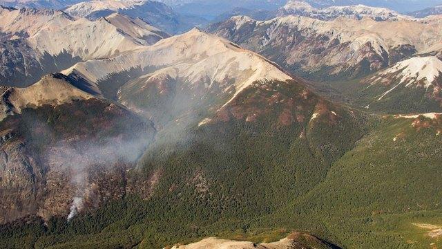 Una humareda aislada en el valle del río Alerce, el 11 de marzo, después de alguna lluvia reparadora en el área. La Patagonia de Argentina sufrió el mayor incendio forestal de la historia del país. Crédito: Cortesía de Daniel Wegrzyn