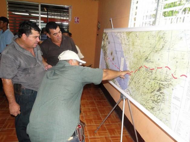 Tres agricultores analizan el trazado del Gran Canal Interoceánico sobre el mapa de Nicaragua, que la empresa china HKND Group presentó en la sureña ciudad de Rivas, durante uno de los encuentros que el consorcio ha organizado por todo el país con afectados por la gigantesca obra. Crédito: José Adán Silva/IPS