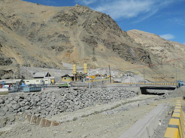 El exterior polvoriento de la División de El Teniente, la mina subterránea de cobre más grande del planeta, ubicada en la Cordillera de los Andes, a 150 kilómetros al sur de Santiago de Chile. En el yacimiento se tratan los residuos sólidos y líquidos y se controlan las emisiones de azufre, pero eso no sucede en otras minas del país. Crédito: Marianela Jarroud/IPS