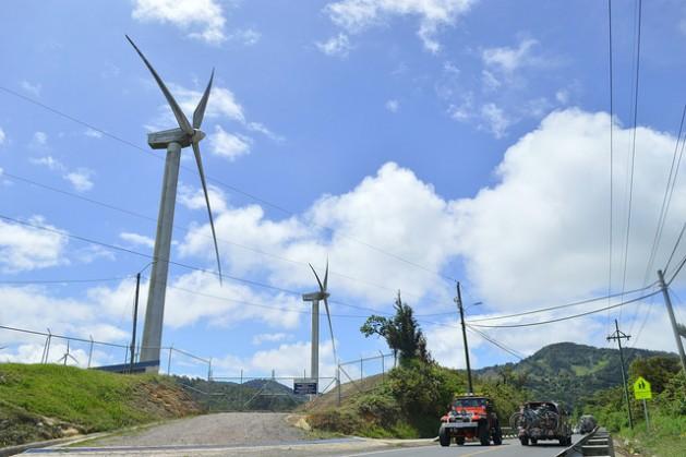 En Costa Rica, siete por ciento de la generación eléctrica es ya de fuente eólica, gracias a campos como el de las montañas de La Paz y Casamata, a 50 kilómetros de San José. Pero el sector automotor pone piedras al sueño del país de una matriz energética limpia. Crédito: Diego Arguedas Ortiz/IPS