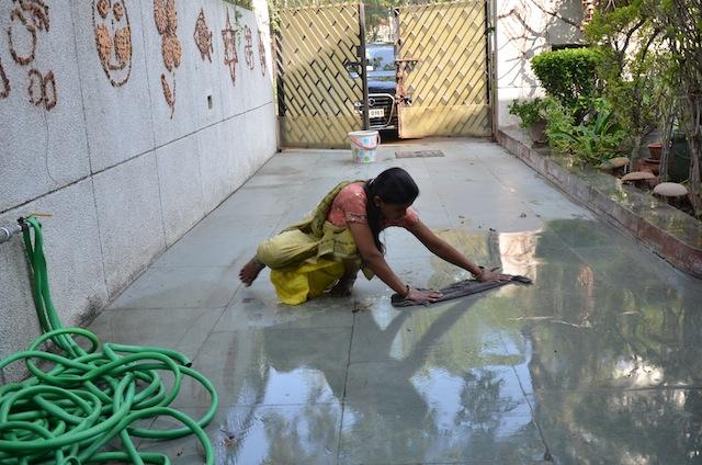 """Como las mujeres suelen realizar tareas domésticas no remuneradas, no """"cuentan"""" en la economía formal. Crédito: Neeta Lal/IPS"""