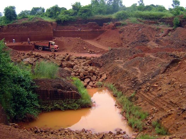 Una de los centenares de minas ilegales de mineral de hierro en el distrito de Bellary que operaban con impunidad hasta que su prohibición en 2011 puso fin a la práctica. Crédito: Stella Paul / IPS