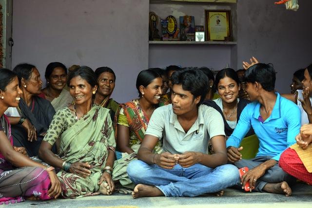 Mujeres dalits y sus hijos colaboran para acabar con el sistema de esclavitud del templo en el estado de Karnataka, en India. Crédito: Stella Paul / IPS