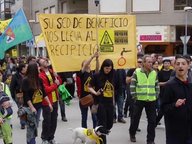 Miles de personas participaron en una protesta contra la fractura hidráulica el 3 de mayo de 2015 en la norteña localidad de Medina de Pomar, donde hay 12 permisos para explorar gas de esquisto. Crédito: Ecologistas en Acción