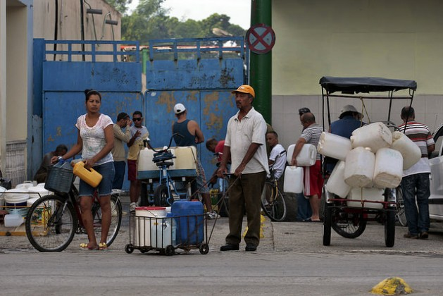 Un grupo de personas hace fila para la recolección de agua potable, en La oriental ciudad de Bayamo, en la provincia de Granma, en Cuba. Crédito: Jorge Luis Baños/IPS
