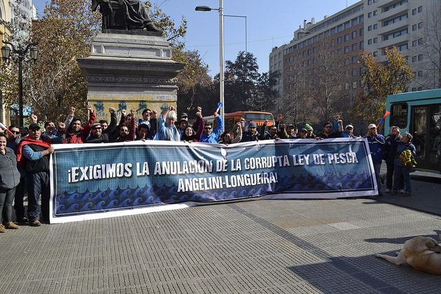 Integrantes de la Comisión Nacional por la Defensa del Patrimonio Pesquero de Chile, protestan en Santiago contra la Ley de Pesca, que denuncian que dejó sin acceso a los recursos pesqueros a 90 por ciento de los pescadores artesanales. Al centro, de pelo blanco, el dirigente Gino Bavestrello. Crédito: Claudio Riquelme /IPS