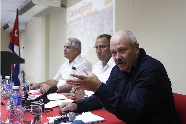 En primer plano, Jorge Luis Tapia, primer secretario del  Partido Comunista de Cuba en la provincia de Camagüey, durante una conferencia con la prensa extranjera, sobre las perspectivas económicas provinciales. Crédito: Jorge Luis Baños/IPS