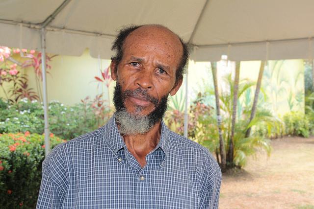El agricultor Anthony Herman, de Santa Lucía, Herman perdió 70 por ciento de su cultivo de castaña de cajú en 2015 por la sequía que asoló a su país.  Crédito: Kenton X. Chance/IPS