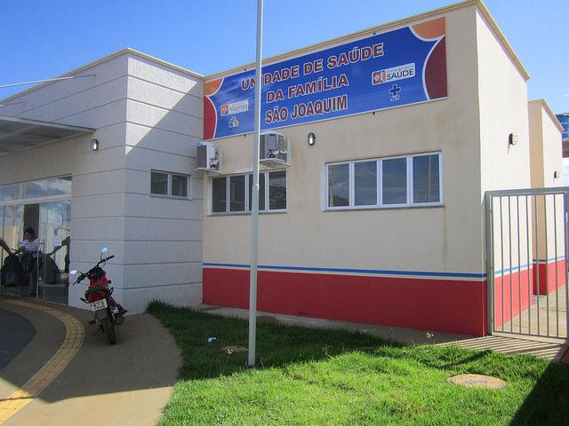 Una nueva unidad básica de salud en el barrio de São Joaquim, que acaba de ser ocupado por familias desplazadas de áreas que serán inundadas por la represa de Belo Monte, sobre el río Xingú, en la Amazonia brasileña. La concesionaria de la central ha construido 30 de esos centros de atención primaria en los cinco municipios más afectados por el megaproyecto. Crédito: Mario Osava /IPS