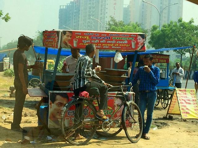 Vendedores y vendedoras ambulantes de India denuncian el acoso cotidiano de la policía, las mafias locales y las autoridades políticas y municipales. Crédito: Neeta Lal/IPS