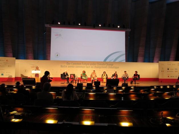 Sesión de la conferencia científica de París sobre cambio climático, durante la intervención de la relatora especial para los derechos humanos de las Naciones Unidas, Victoria Tauli-Corpuz. Crédito: Fabíola Ortiz/IPS