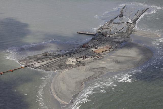 Una berma de arena en la costa del estado de Luisiana, en Estados Unidos, entre las muchas construidas en para contener los efectos del derrame de petróleo de 2010 en el Golfo de México, de la compañía British Petroleum. Crédito: Erika Blumenfield /IPS