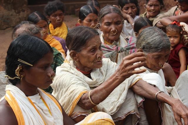 La sacerdotisa Dasara Kadraka explica por qué la tribu se dedica a preservar las semillas ancestrales. Crédito: Manipadma Jena/IPS