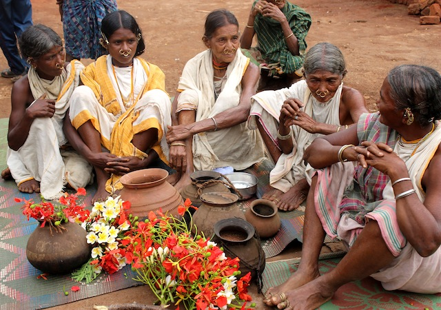 """Un grupo de sacerdotisas discuten sus planes antes de salir en busca de las variedades de mijo en """"desaparición"""" en un pueblo en el este de India. Crédito: Manipadma Jena/IPS"""