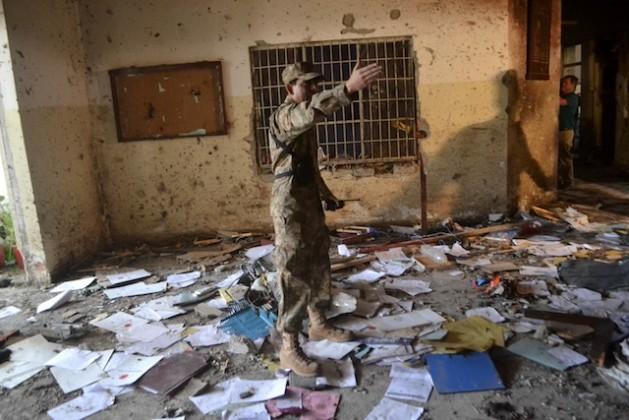 Un soldado en la Escuela Pública del Ejército, tras el atentado de diciembre de 2014. Crédito: Ashfaq Yusufzai/IPS