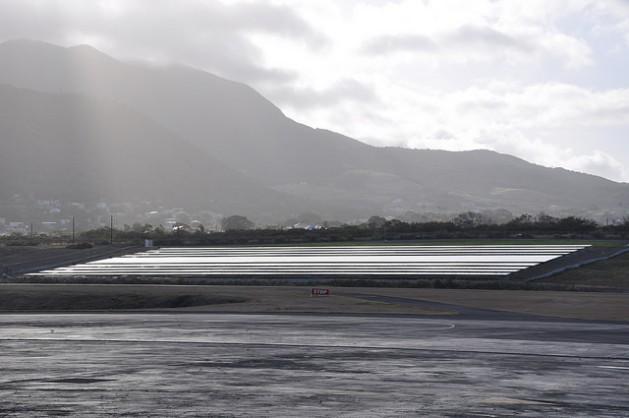 San Cristóbal y Nieves creó un parque solar de un megavatio en el Aeropuerto Internacional Robert L. Bradshaw. Además, tiene otra iniciativa similar a punto de quedar pronta para operar. Crédito: Desmond Brown/IPS