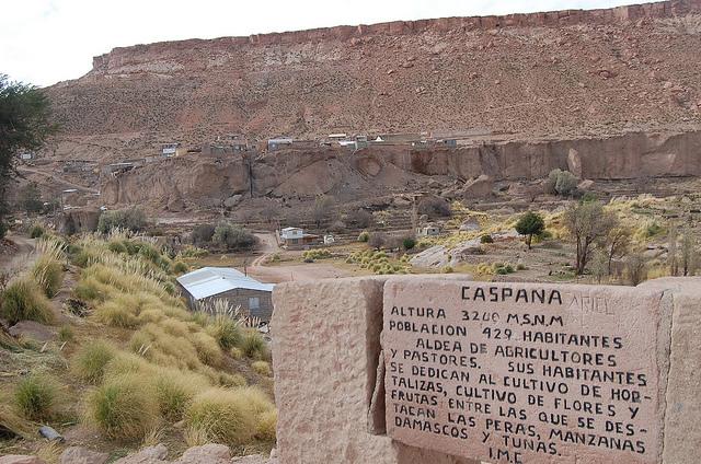 La aldea indígena de Caspana, situado a 3.300 metros sobre el nivel del mar, en el desierto de Atacama, en el norte de Chile. Sus 400 habitantes viven de la pequeña agricultura, como indican orgullosos en una piedra a la entrada del lugar. Ahora, gracias al esfuerzo de dos mujeres tienen electricidad en sus viviendas, generada por paneles solares, que son ya parte de su paisaje. Crédito: Marianela Jarroud/IPS