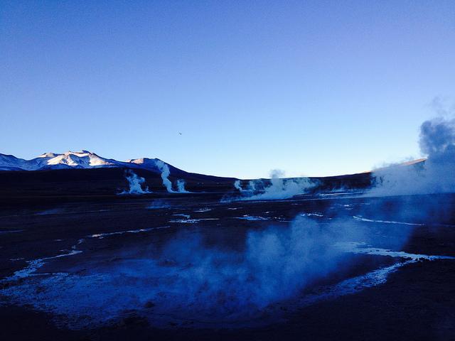 Amanecer entre los vapores de los géiseres de El Tatio, en el norte de Chile, donde comienza a sacarse provecho a esta energía limpia e infinita con la construcción de la Central Geotérmica Cerro Pabellón, en el municipio rural de Ollagüe. Crédito: Marianela Jarroud/IPS