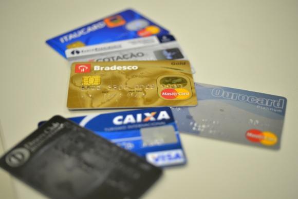 Las familias brasileñas dedican 46,5 por ciento de sus ingresos a pagar deudas por créditos contraídos, lo que limita su capacidad de consumo y contrae la demanda interna. Crédito: IBC