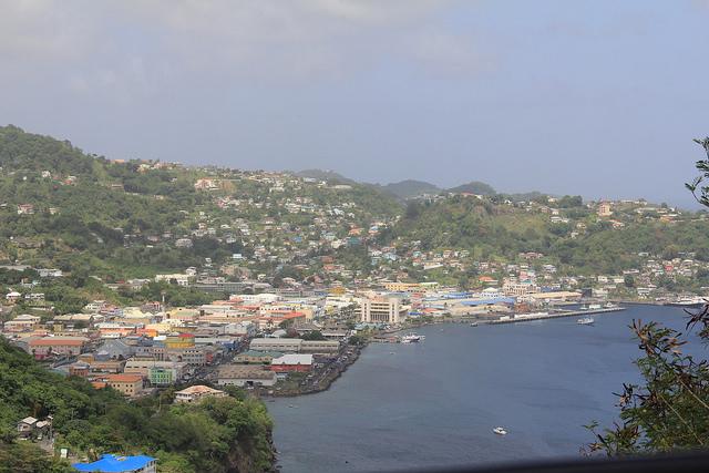Los negociadores del Caribe sostienen que es necesario limitar el aumento de la temperatura global a 1,5 grados centígrados, con respecto a la época preindustrial, para proteger la infraestructura, como Kingstown, capital de Santa Lucía y San Vicente y las Granadinas. Crédito: Kenton X. Chance/IPS