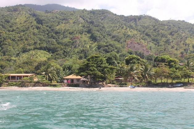 Vista desde el mar Caribe de la aldea de Plan Grande, en el norteño departamento de Colón, en Honduras, a la que se llega desde Tegucigalpa tras 10 horas de accidentado camino en automóvil y luego en lancha. La pequeña comunidad de pescadores se ha convertido en un ejemplo de gestión energética sostenible. Crédito: Thelma Mejía/IPS